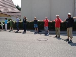 Hubert Kohl, Heinz Beck, Markus und Nicole Furtwängler (v.r.) mit Nordheimer Bürgern beim Zusammenschl